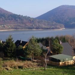 Widok na domki drewniane i jezioro Klimkowskie