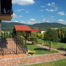 Balkon z widokiem na ogród