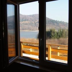 Widok z okna na jezioro