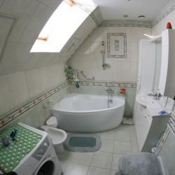 Przestronna łazienka z wanną i pralką na piętrze