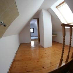 Na poddaszu dwa oddzielne pokoje z trzema materacami